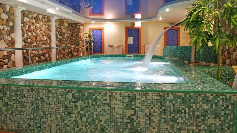 Wellness-Oase, Luxus, gekacheltes Schwimmbecken mit Wasserfall, Mineralquelle, Pool