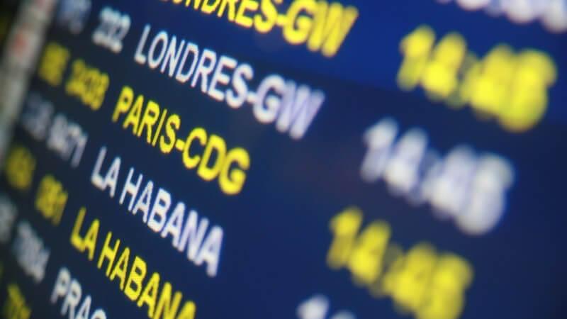 Tafel mit Ankunft und Abflug von Flugzeugen in Flughafen, Flugziele