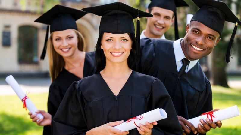 Abschluss-Studenten mit Doktorhut und Diplom