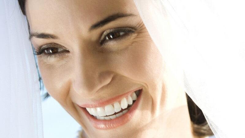 Gesichtsportrait einer lachenden Braut