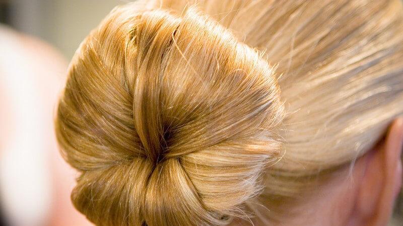 Nahaufnahme Blonder Dutt, Frisur, mit gesundem blonden Haar, Schwiegermutterknoten, Haarknoten