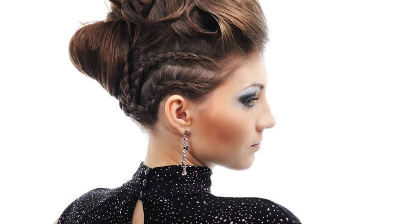 Rückansicht junge elegante Frau mit aufwendiger Frisur schaut zur Seite