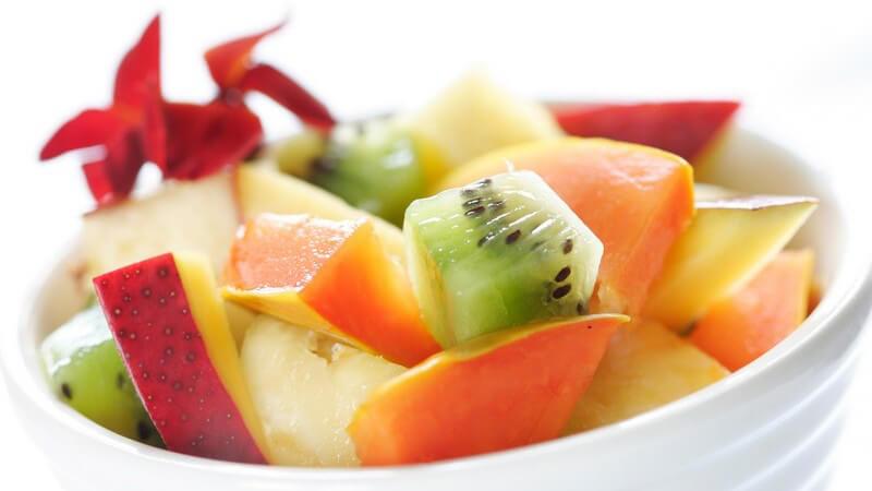 Südfrüchtesalat mit Kiwi und Mango in weiß-geriffelter Schale