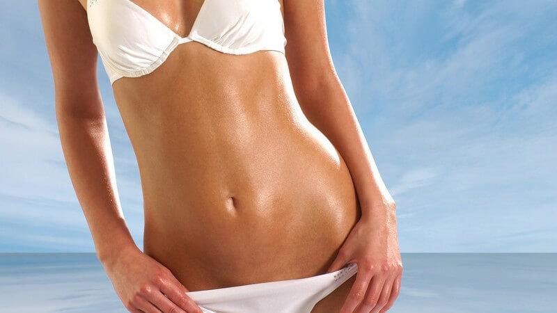 Frauenkörper im weißen Bikini, im Hintergrund blauer Himmel