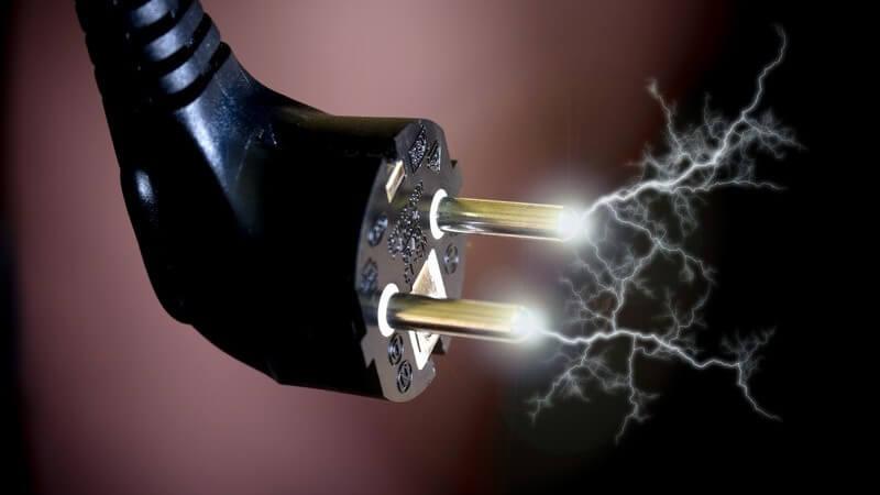 Stecker vom Stromkabel mit Blitzen