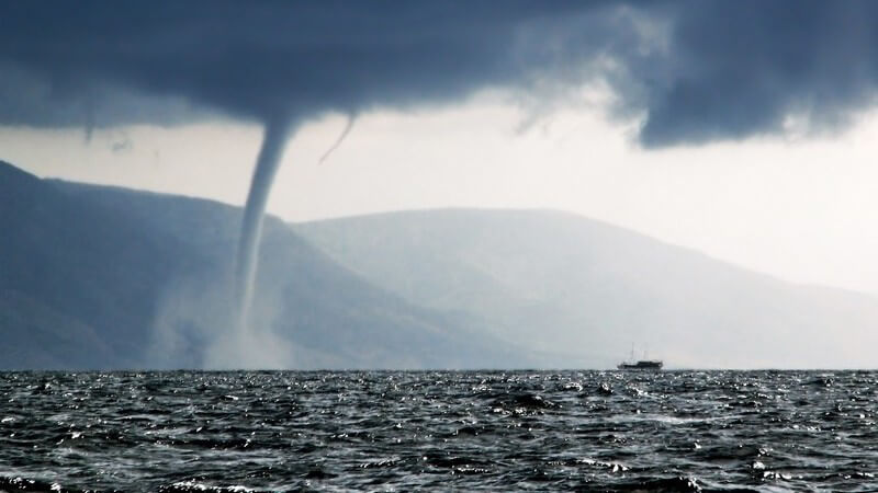 Sturm an See, Tornado fegt darüber