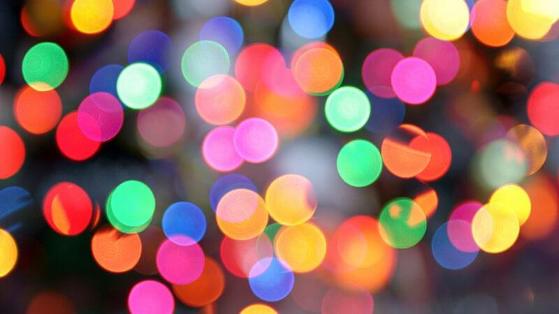Viele bunte Lichter in einer Disco