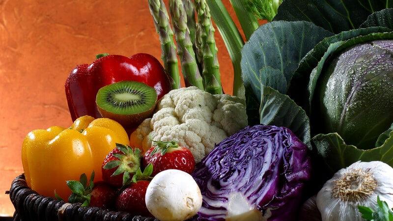 Auswahl an frischem Obst und Gemüse in einem Korb