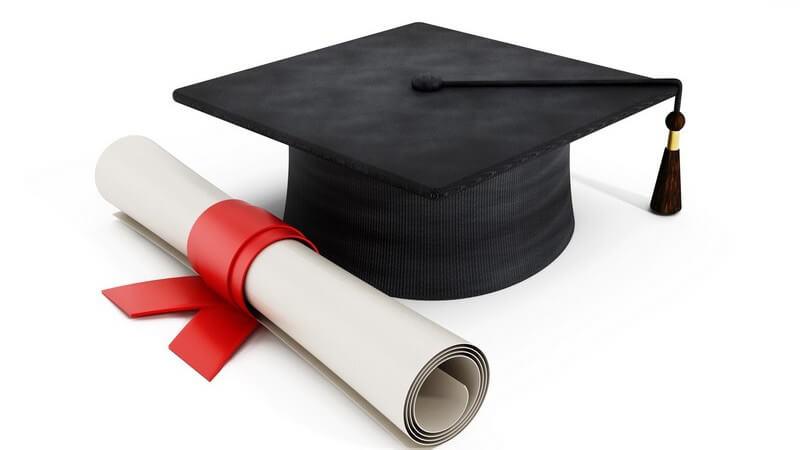 Diplom und Doktorhut - Abschluss