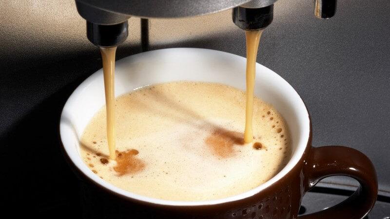 Nahaufnahme Kaffee läuft aus Maschine in Tasse