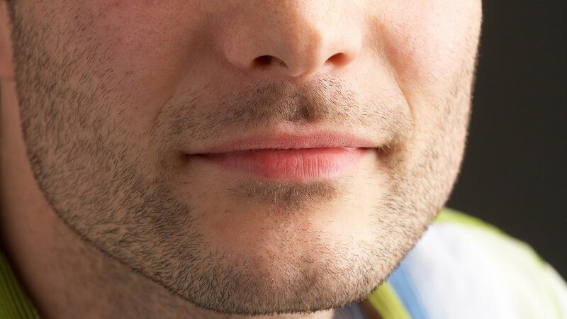 Nahaufnahme Mund, Nase, Kinn eines jungen Männergesichts mit 3-Tage-Bart