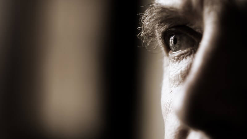 Schwarz-weiß Bild rechtes Auge und Nase eines Männergesichtes an Seite