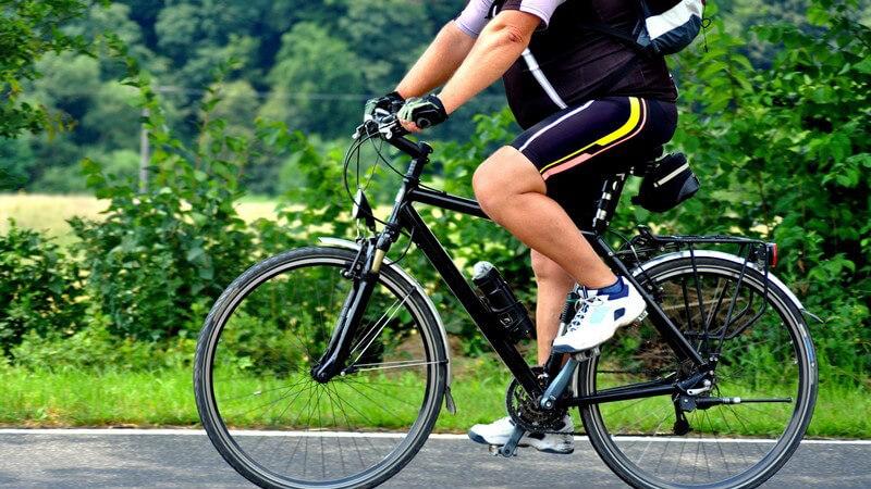 Körperausschnitt Radfahrer auf Straße
