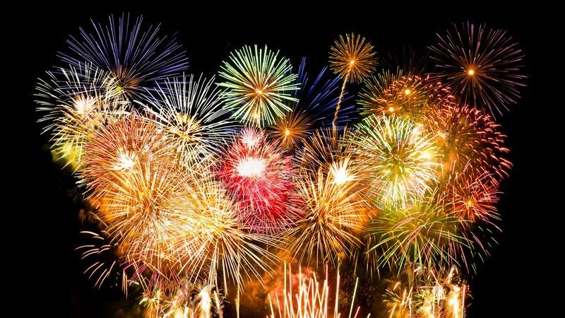 Buntes Feuerwerk auf schwarzem Himmel, Silvester