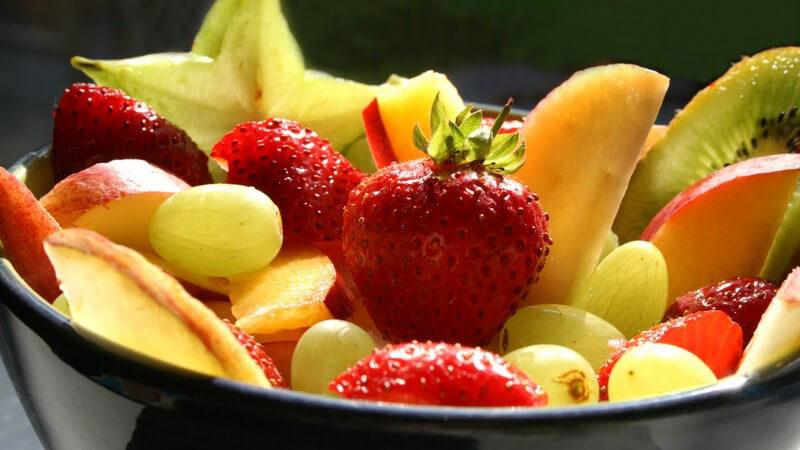 Obstsalat: Schale mit verschiedenen Früchten und Obstsorten